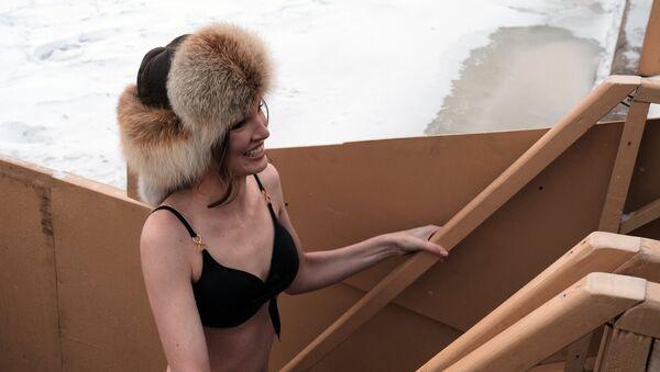 Una mujer preparándose para darse un baño al aire libre en invierno en Rusia - Sputnik Mundo