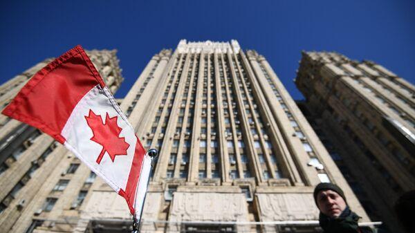 Bandera de Canadá cerca del Ministerio de Asuntos Exteriores de Rusia - Sputnik Mundo