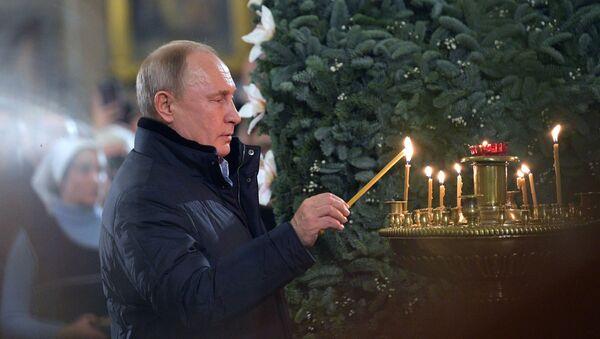 Putin asiste a la misa de gallo ortodoxa en una catedral de San Petersburgo - Sputnik Mundo