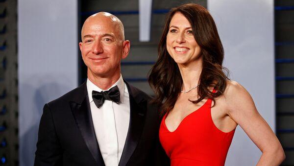 Jeff Bezos y su esposa MacKenzie - Sputnik Mundo