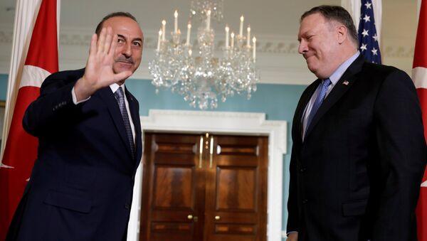 El secretario de Estado de EEUU, Mike Pompeo con su homólogo de Turquía, Mevlut Cavusoglu - Sputnik Mundo