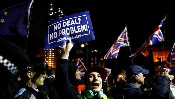 Ciudadanos pro y anti-Brexit protestan ante el Parlamento del Reino Unido - Sputnik Mundo