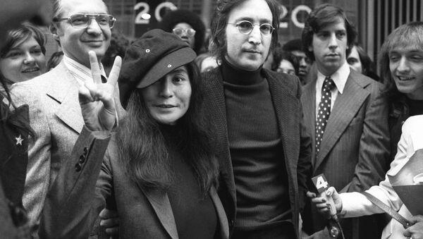 Бывший участник группы The Beatles Джон Леннон с женой Йоко Оно - Sputnik Mundo