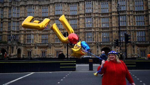 Una mujer con los globos EU en Londres - Sputnik Mundo