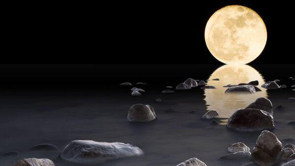 La Luna y su reflejo en agua - Sputnik Mundo
