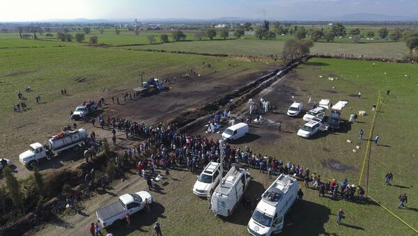 Unos técnicos forenses en el lugar de la explosión en Tlahuelilpan, México - Sputnik Mundo