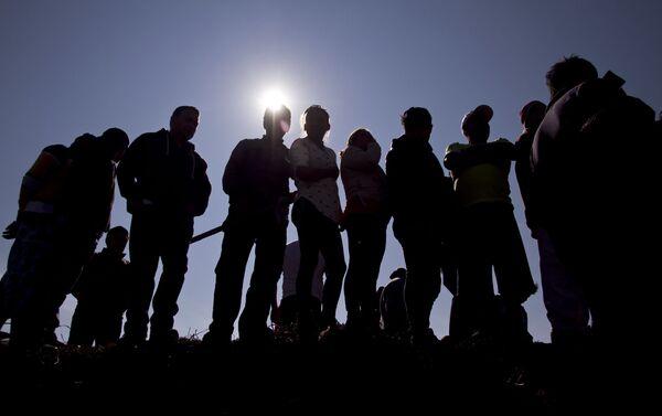 Cientos de personas esperan en el lugar donde exploto el ducto de gasolina de Pemex para intentar localizar a sus familiares desaparecidos - Sputnik Mundo