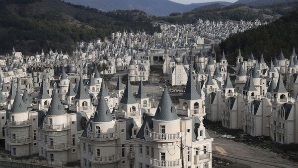 Centenares de castillos abandonados en una ciudad fantasma turca - Sputnik Mundo