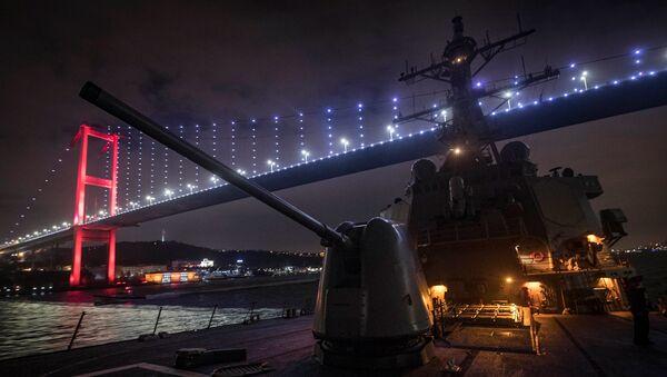 El buque USS Donald Cook transita por el estrecho del Bósforo en ruta hacia el Mar Negro - Sputnik Mundo