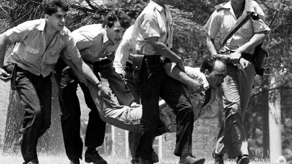 Una imagen de los hechos ocurridos en el cuartel argentino de La Tablada en 1989 - Sputnik Mundo