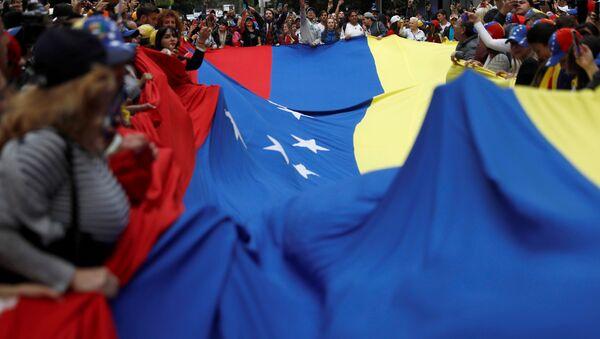 Personas con la bandera de Venezuela - Sputnik Mundo
