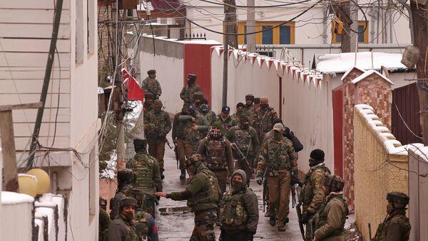 Fuerzas de seguridad de la India acordonan el área en un presunto escondite terrorista en Cachemira (archivo) - Sputnik Mundo