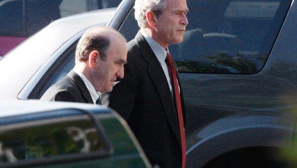 El presidente George Bush camina con su asesor principal en Oriente Medio, Elliott Abrams - Sputnik Mundo