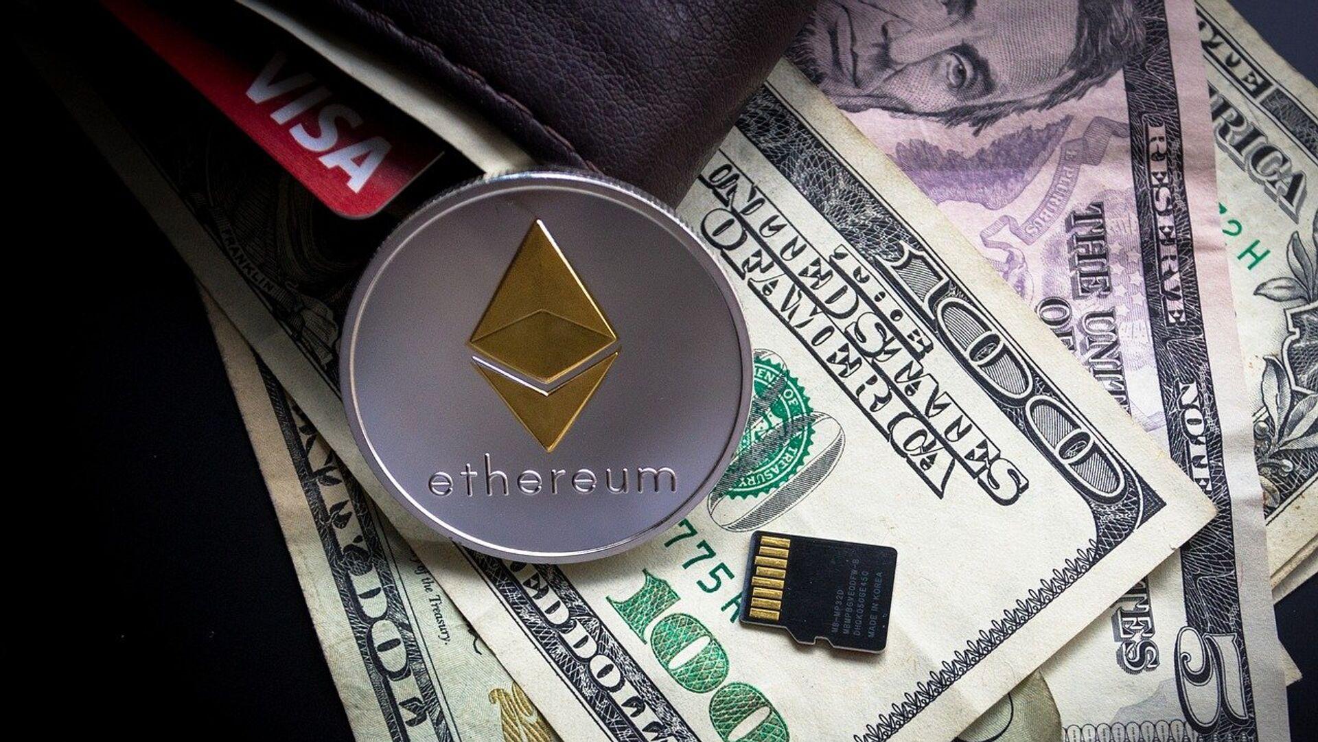 Ethereum, moneda criptográfica, y billetes de dólares estadounidenses - Sputnik Mundo, 1920, 29.09.2021