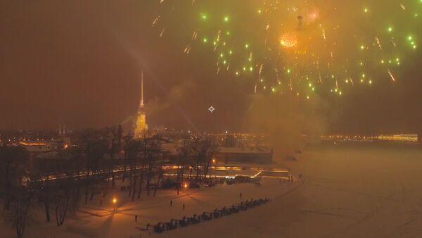 Fuegos artificiales celebran el 75 aniversario del levantamiento del sitio de Leningrado - Sputnik Mundo