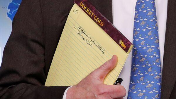 La libreta amarilla de John Bolton con las palabras 5.000 soldados en Colombia - Sputnik Mundo