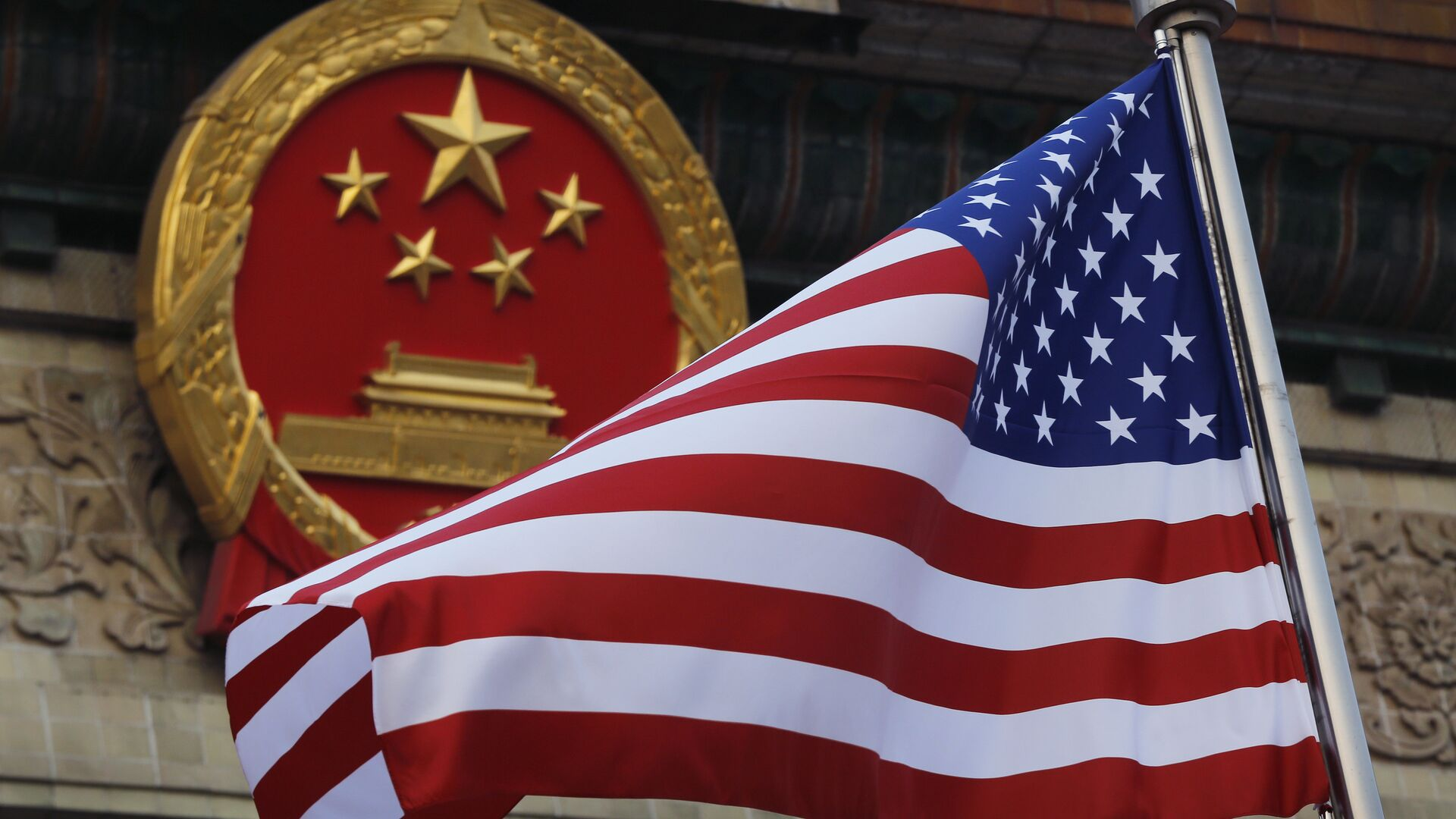 La bandera de EEUU y el emblema de China  - Sputnik Mundo, 1920, 02.02.2021