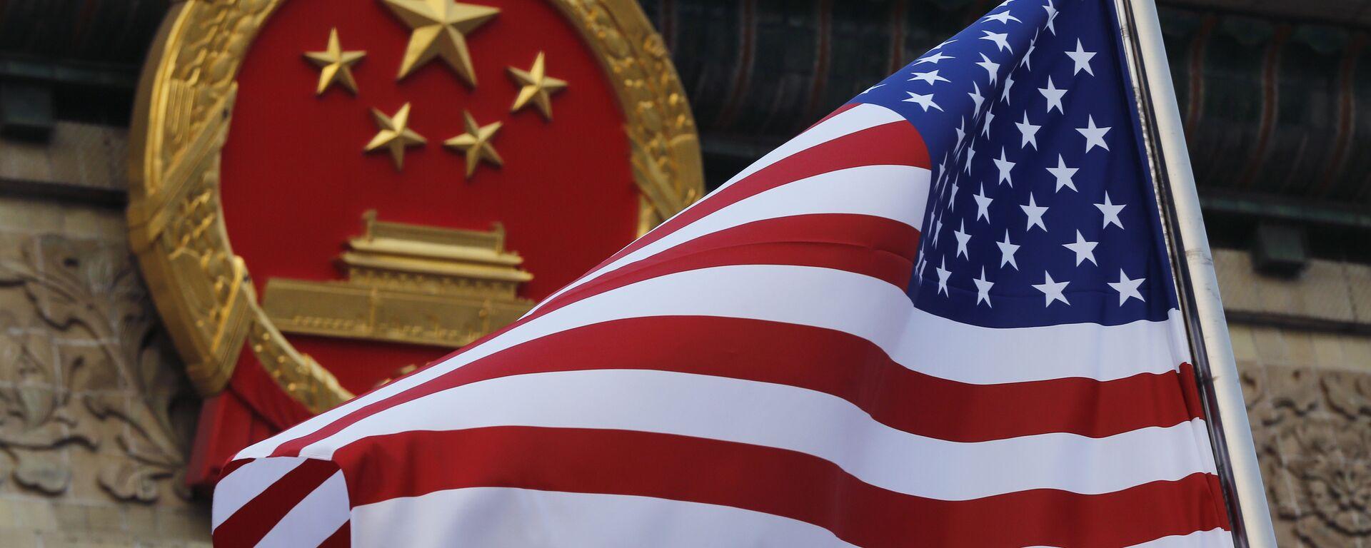 La bandera de EEUU y el emblema de China  - Sputnik Mundo, 1920, 09.03.2021