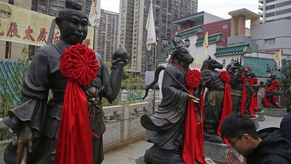 Las estatuas cerca del templo Wong Tai Sin en Hong Kong - Sputnik Mundo
