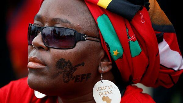 Una sudafricana partidaria del partido izquierdista radical (imagen referencial) - Sputnik Mundo