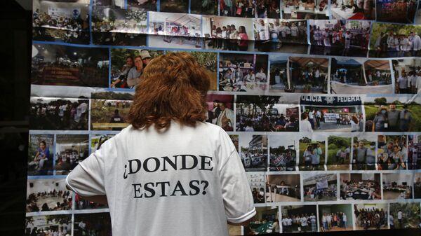 Una persona tiene una camiseta en memoria de los desaparecidos de Ayotzinapa, en México - Sputnik Mundo