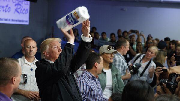 Trump lanza rollos de papel a los damnificados del huracán María en Puerto Rico - Sputnik Mundo