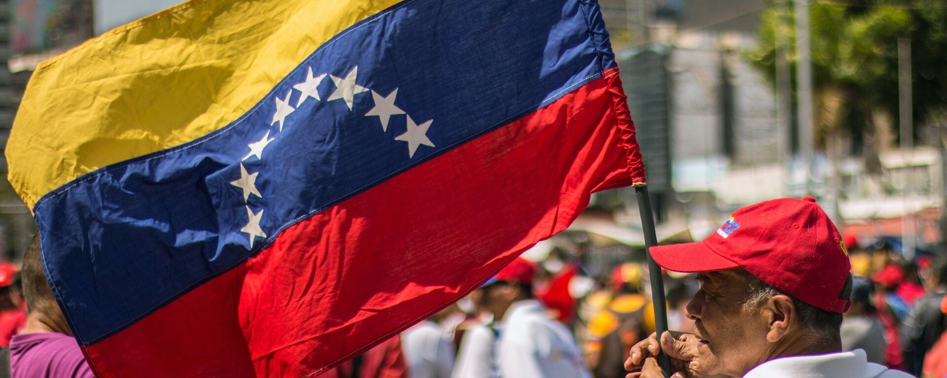 Un hombre con la bandera de Venezuela - Sputnik Mundo, 1920, 16.09.2021
