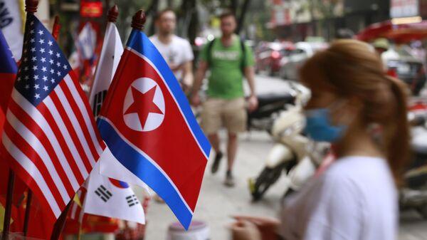 Las banderas de Corea del Norte y EEUU - Sputnik Mundo