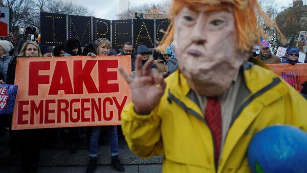 Protestas en Nueva York por el estado de emergencia convocado por el presidente Donald Trump en EEUU - Sputnik Mundo