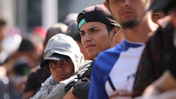 Grupo de migrantes espera largas horas en fila para acceder a un albergue en Ciudad de México - Sputnik Mundo