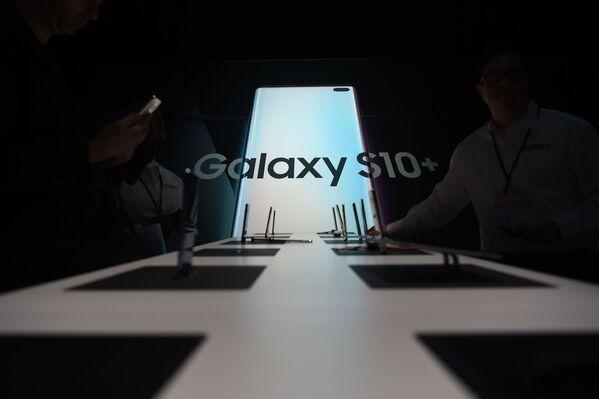 Samsung muestra al mundo su teléfono plegable - Sputnik Mundo