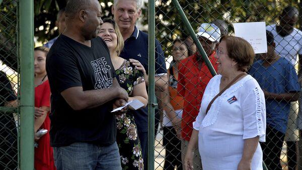 El presidente de Cuba, Miguel Díaz-Canel, espera en la cola para votar en el referéndum constitucional - Sputnik Mundo