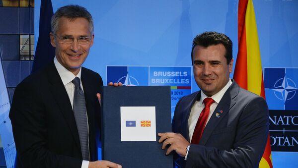 Secretario general de la OTAN, Jens Stoltenberg, y primer ministro de Macedonia del Norte, Zoran Zaev (archivo) - Sputnik Mundo