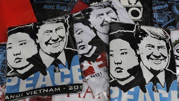 Camisetas con los retratos del líder norcoreano Kim Jong-un y el presidente de EEUU, Donald Trump, a la venta en Hanoi. - Sputnik Mundo