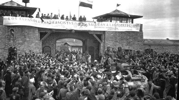 Los prisioneros españoles de Mauthausen saludan a la 11 División Acorazada de EEUU durante su liberación - Sputnik Mundo