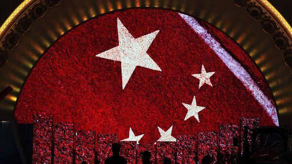 Una pantalla enseña la bandera de China para los visitantes de una exhibición (imagen referencial) - Sputnik Mundo