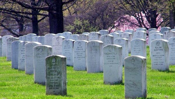 Tumbas en un cementerio de EEUU - Sputnik Mundo