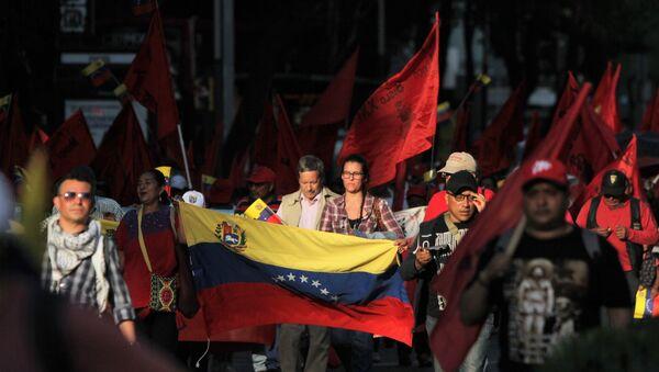 Contingente con la bandera venezolana marcha sobre Paseo de la Reforma, en Ciudad de México - Sputnik Mundo