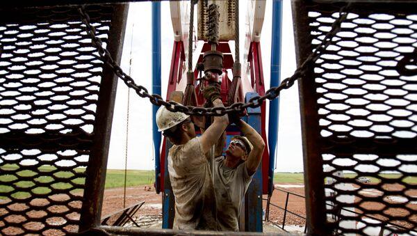 Dos empleados trabajan en una grúa petrolera en EEUU - Sputnik Mundo