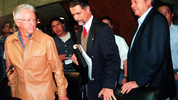 El líder petrolero Carlos Romero Deschamps (derecha), el secretario del Trabajo Carlos María Abascal  (centro) y el director de Pemex Raul Munoz Leos arriban a una conferencia - Sputnik Mundo