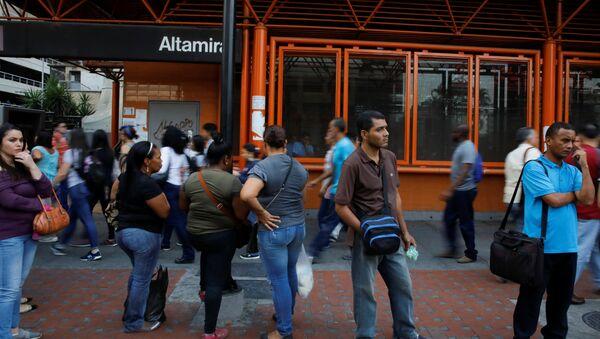 La gente cerca de la estación del metro de Caracas, Venezuela - Sputnik Mundo
