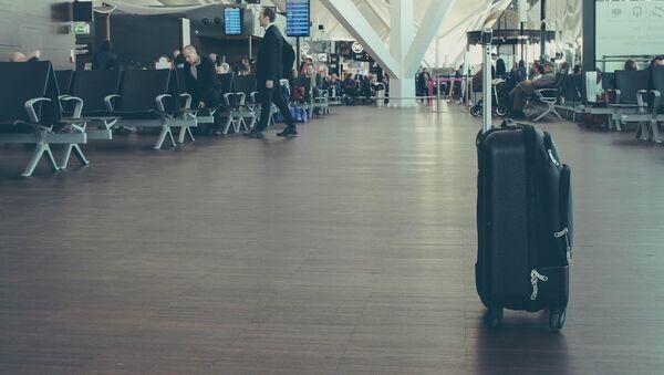 Una maleta en un aeropuerto (imagen referencial) - Sputnik Mundo
