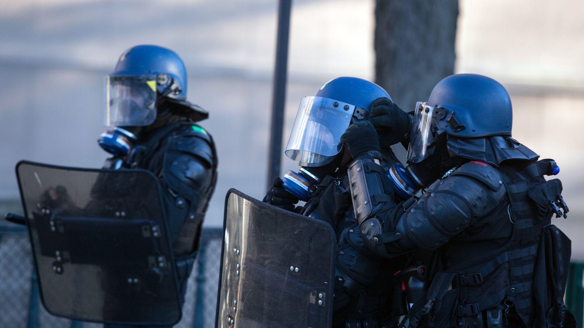 Policía durante las protestas de los 'chalecos amarillos' en Francia - Sputnik Mundo, 1920, 13.10.2021