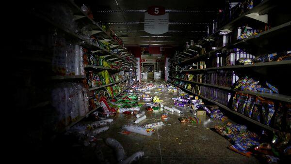 Saqueo en un supermercado durante apagón en Venezuela - Sputnik Mundo