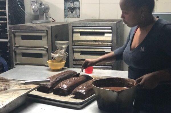 En los hornos de la Minka se prepara pan, pero también pasteles, que se venden a precios asequibles para el bolsillo de los trabajadores venezolanos - Sputnik Mundo