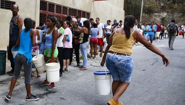 Venezolanos se abastecen de agua - Sputnik Mundo