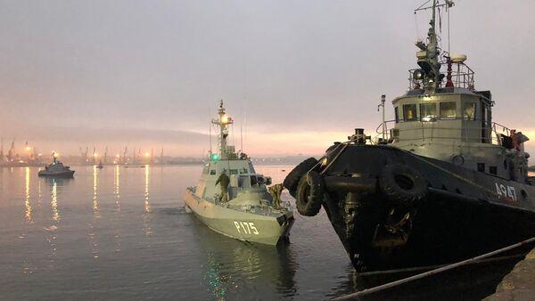 La lancha de la Armada de Ucrania, detenida por el Servicio de Guardia de Fronteras de Rusia, en el puerto de Kerch. - Sputnik Mundo