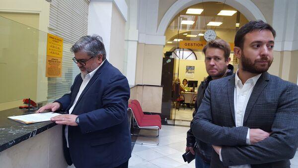 Los escritores argentinos Nicolás Márquez (al centro) y Agustín Laje (a la izquierda) en una visita a España - Sputnik Mundo