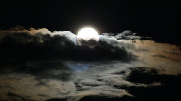 La luna entre las nubes - Sputnik Mundo