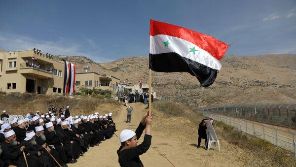 Los drusos árabes en los Altos del Golán con la bandera de Siria (Archivo) - Sputnik Mundo